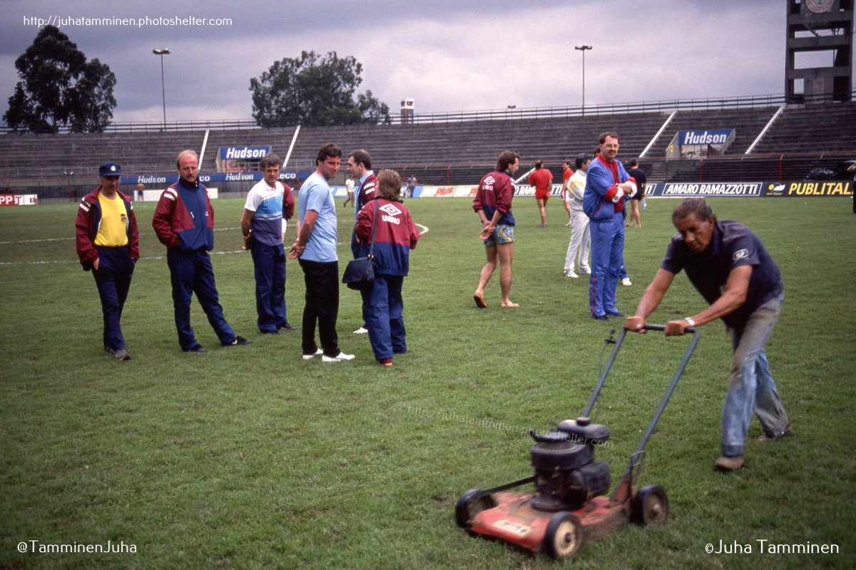 Groundsman of the Canindé Stadium was busy working while the GB team were inspecting the pitch a day before the opening matches of the Copa Pelé 1989 in São Paulo. On left #LawrenceBrown, #KennyBurns, #DuncanMcKenzie & #MartinBuchan. #CopaPelé #Canindé @_mattappleby #NFFC