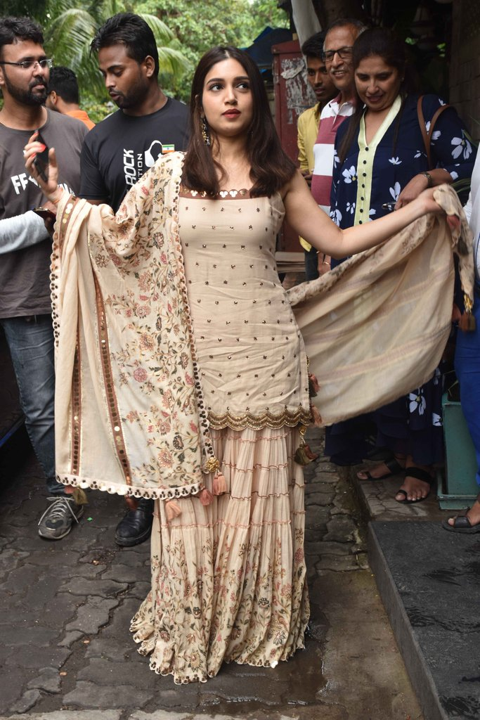 Dress to Impress  Bhumi Pednekar shows off her outfit to the shutterbugs while on her way to Bayroute Juhu.  .⠀  .⠀ ⠀ .⠀ ⠀ #BhumiPednekar #DressToImpress #LookGoodFeelGood #BhumiPednekarFC #regalattire #saturdayswag #SaturdayStyle #BollywoodOutfits #OOTDpic.twitter.com/Us2Aesk1qz