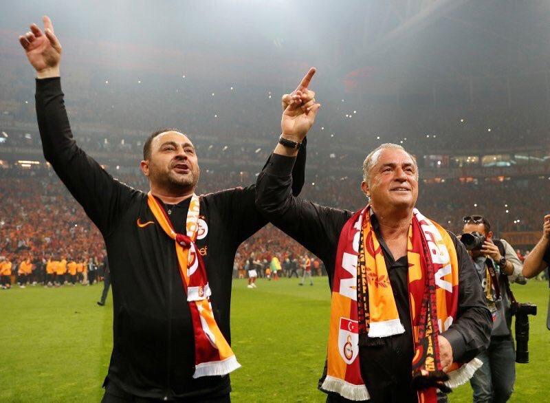 Hasan Şaş Galatasaray'ın yürekten bir parçasıdır. Yardımcı hocamıza algı oyunlarıyla saldıran ve saldırmak için fırsat kollayan sırtlanlara yedirmeyiz.ASLA YALNIZ DEĞİLSİN! HASAN ŞAŞ'IM... HASAN ŞAŞ'IM...#ultrAslan