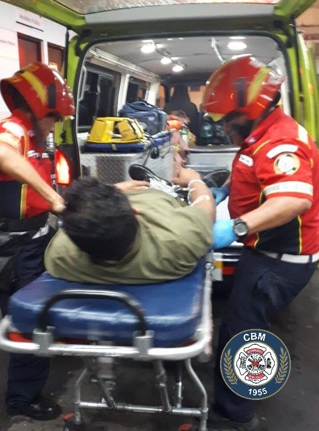 #CbmInforma #AtaqueArmado Dos personas son heridas con proyectil de arma de fuego, se estabilizan por Técnicos en Urgencias Médicas y se trasladan al HGSDD. El ataque ocurrió en los campos de Futbol de Santa Faz #Zona18.