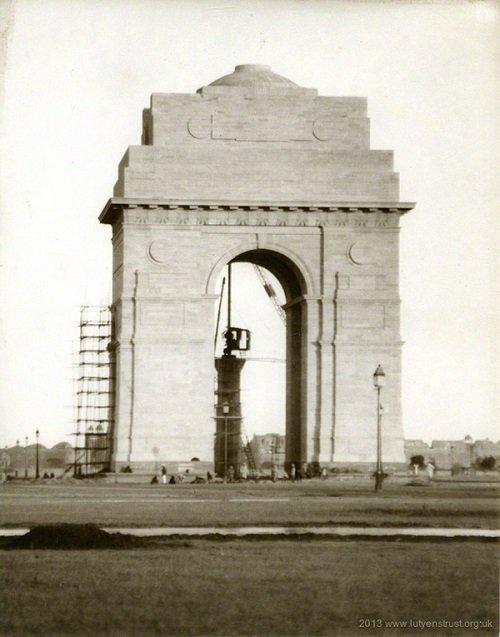1920s :: India Gate Under Construction , Delhi   ( Photo - @LTPhotoArchive )<br>http://pic.twitter.com/kw8zWHohfE