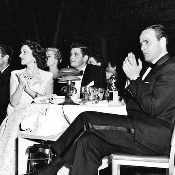 Nothing new I haven't shared before:  Per her bio, ''Tis Herself: A Memoir', Maureen O'Hara defends Marlon for an Oscar in a speech she gave at the Hollywood Foreign Press Awards in 1955. With Marlon Brando and a toast for his win for ON THE WATERFRONT (1954).  @cinemabooknerd <br>http://pic.twitter.com/sR6Fjfo4Fg