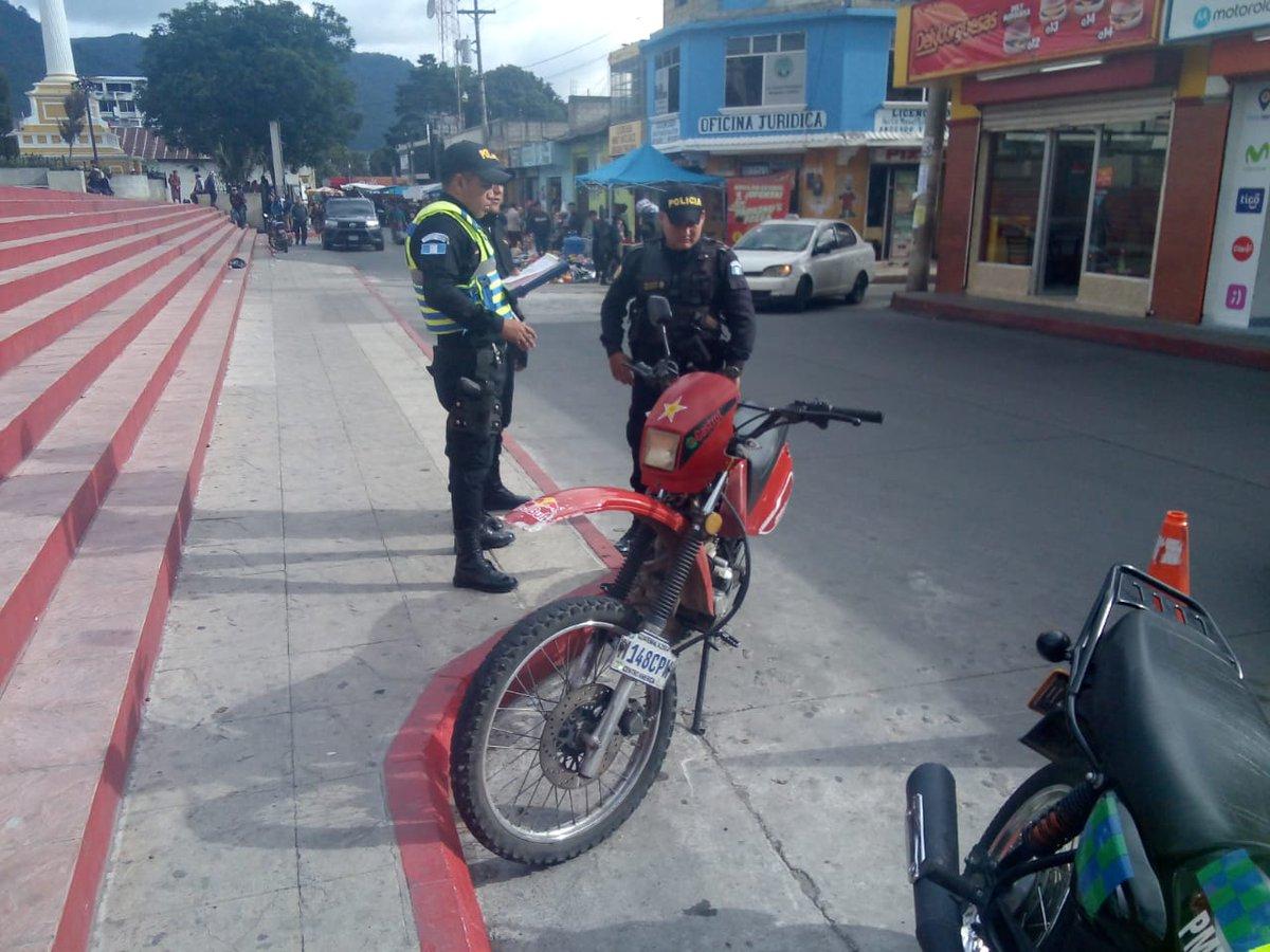 Motociclista es sancionado por estacionar en lugar no permitido según Art. 184.6 Respete las señales de tránsito.