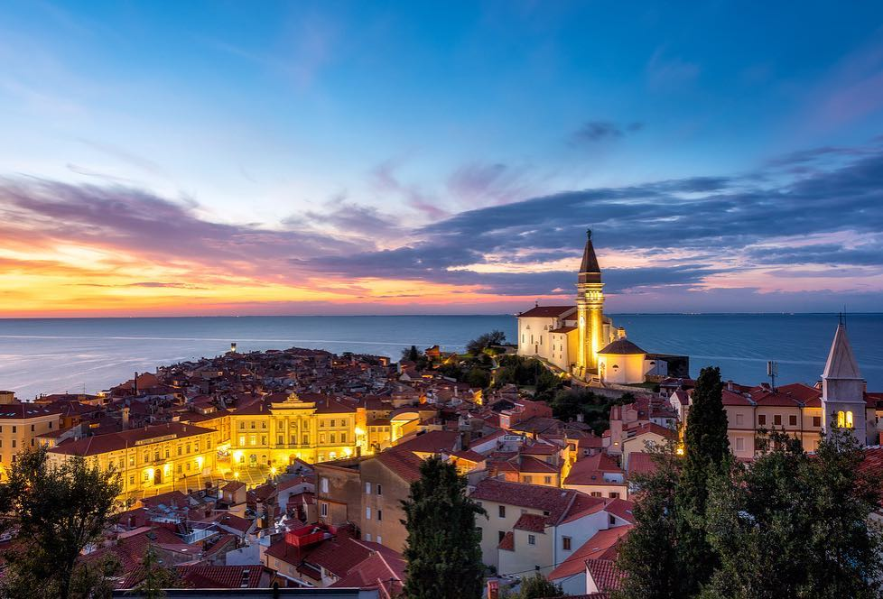 The colours of #Piran sunsets. 💜🧡💛Romantic Piran is the cultural pearl of Slovenian riviera. The town wall is one of its most iconic features. Have you visited it yet? #ifeelsLOVEnia #myway #piran 📸: Yi Jiang, Dorogi Bea
