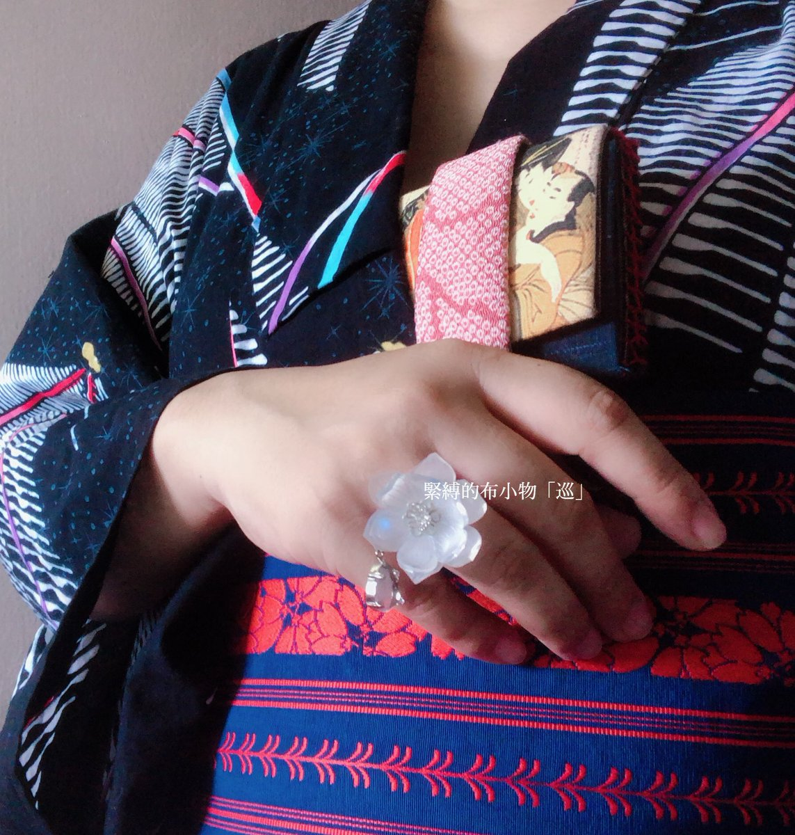 #着物自画撮り部 ギャラリーに行って上野のボラプ野外応援上映へ。 幾何学柄の浴衣に博多帯、 双樹の庭さんのハコセコ 泥に咲く花の指輪( #ラヴィドリュクス 様にて展開中) 純和風よりも浮かないかな、と。 そして楽に。 https://t.co/P8zVouwJ71
