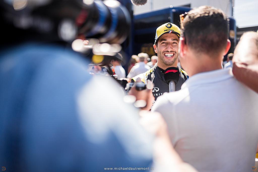 @danielricciardo au @F1 #GPFranceF1 qui avait lieu sur le @PaulRicardTrack. 📸: @dautremontm ##FrenchGP #PaulRicardTrack #lecastellet #F1 #Formula1 #pirellimotorsport #formule1 #FIA #Fit4F1 #RSspirit @RenaultF1Team #RenaultF1Team #RenaultF1 #danielricciardo #ricciardo