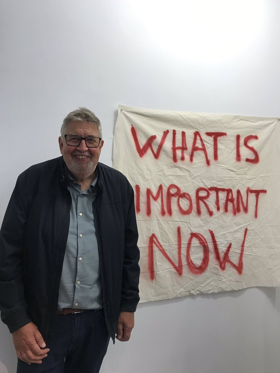 What is important now? Ordfører Ole Jacob Flæten (AP) foran verk av Thierry Geoffroy på #akershuskunstsenter #olejacobflæten #thierrygeoffroy #kunstutstilling #lillestrøm
