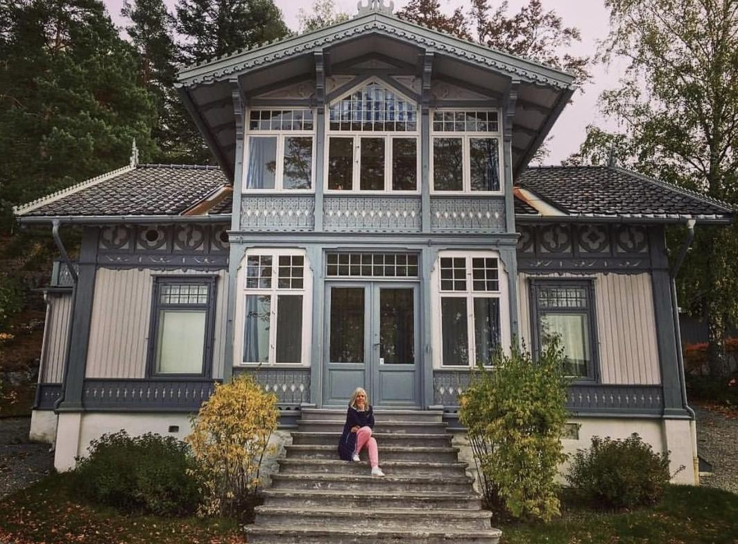 Uranienborg rests peacefully by the shores of the Oslo fjord at Svartskog,outside Oslo. This was Roald Amundsen's home for 20 years, until he disappeared in 1928. Come visit the home is open to the public @soderstrom.annette #roaldamundsen #polarexplorer #visitnorway #greateroslo