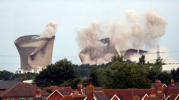 Watch the moment the Didcot cooling towers were brought down early this morning #DidcotPowerStation Thousands of homes were left without electricity minutes after the demolition, but power has now been restored itv.com/news/meridian/…