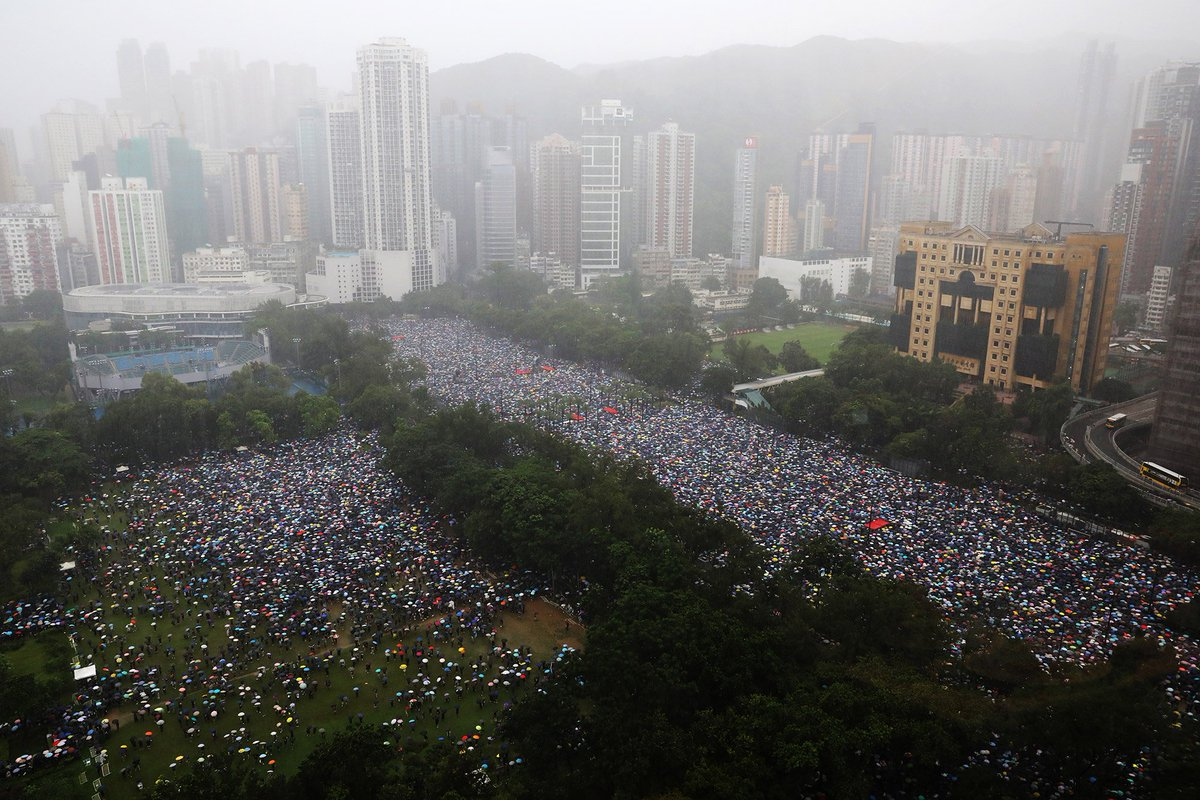 Here are some images of the sea of umbrellas filling streets in Hong Kong as protesters braved heavy rain for another huge rally https://bloom.bg/31KTktW