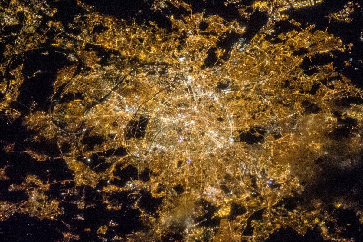Vamos con el reto dominical.Somos conscientes de que hay mucho nivel, hoy pensamos que está más difícil y por fin os podremos ganar un reto xDSabrías decirnos ¿Qué ciudad aparece en esta imagen nocturna tomada desde la ISS?Mañana daremos la solución!A ver quien lo acierta!