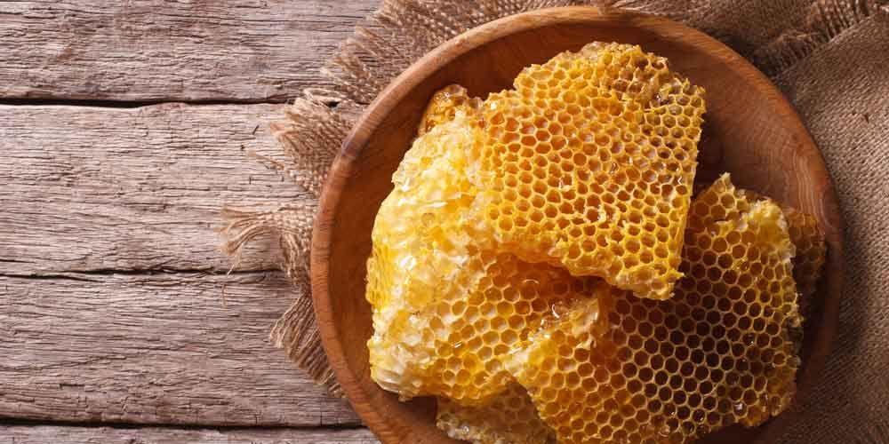 يحتوي شمع العسل على الكالسيوم والفسفور وهما عنصران لهما دور هام في بناء العظام وتقويتها، كما يعمل على الوقاية من مرض هشاشة العظام
