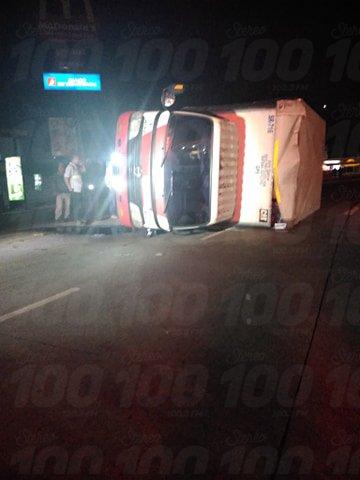 #TránsitoXela ⚠ | Esta madrugada ocurrió un accidente a la altura de la rotonda del monumento a La Marimba, camión volcó sobre la ruta. No hay reporte oficial de personas heridas tras el hecho. #Reporte100