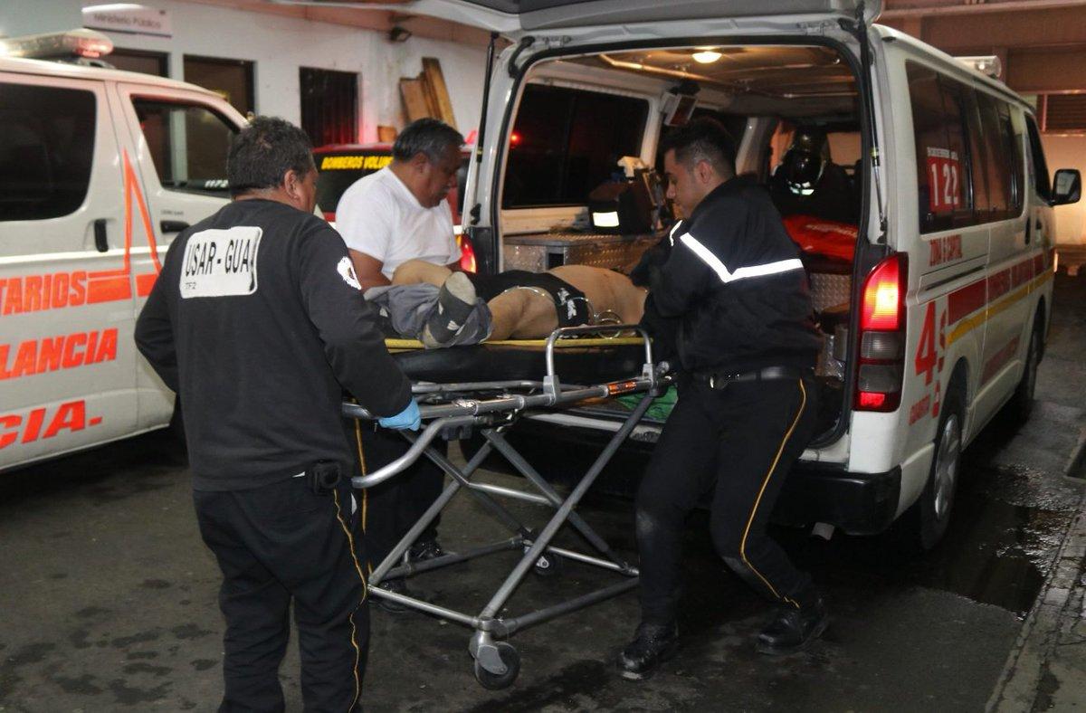 Socorristas informaron que dos hombres fueron heridos con arma de fuego durante la madrugada en Asentamiento La Candelaria, zona 18, por lo que fueron trasladados a un centro asistencial. Vía @BVoluntariosGT