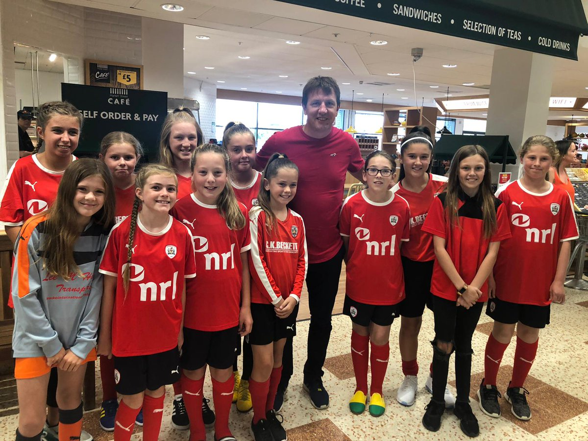 When the girls go bag packing for #HallamFMcashforkids and the Gaffer turns up!! He threw a few quid in, but it was the photo that meant everything, the smiles say it all cheers Gaffer 👍🔴⚽@BarnsleyFC #stendel #youreds #noplaceidratherbe