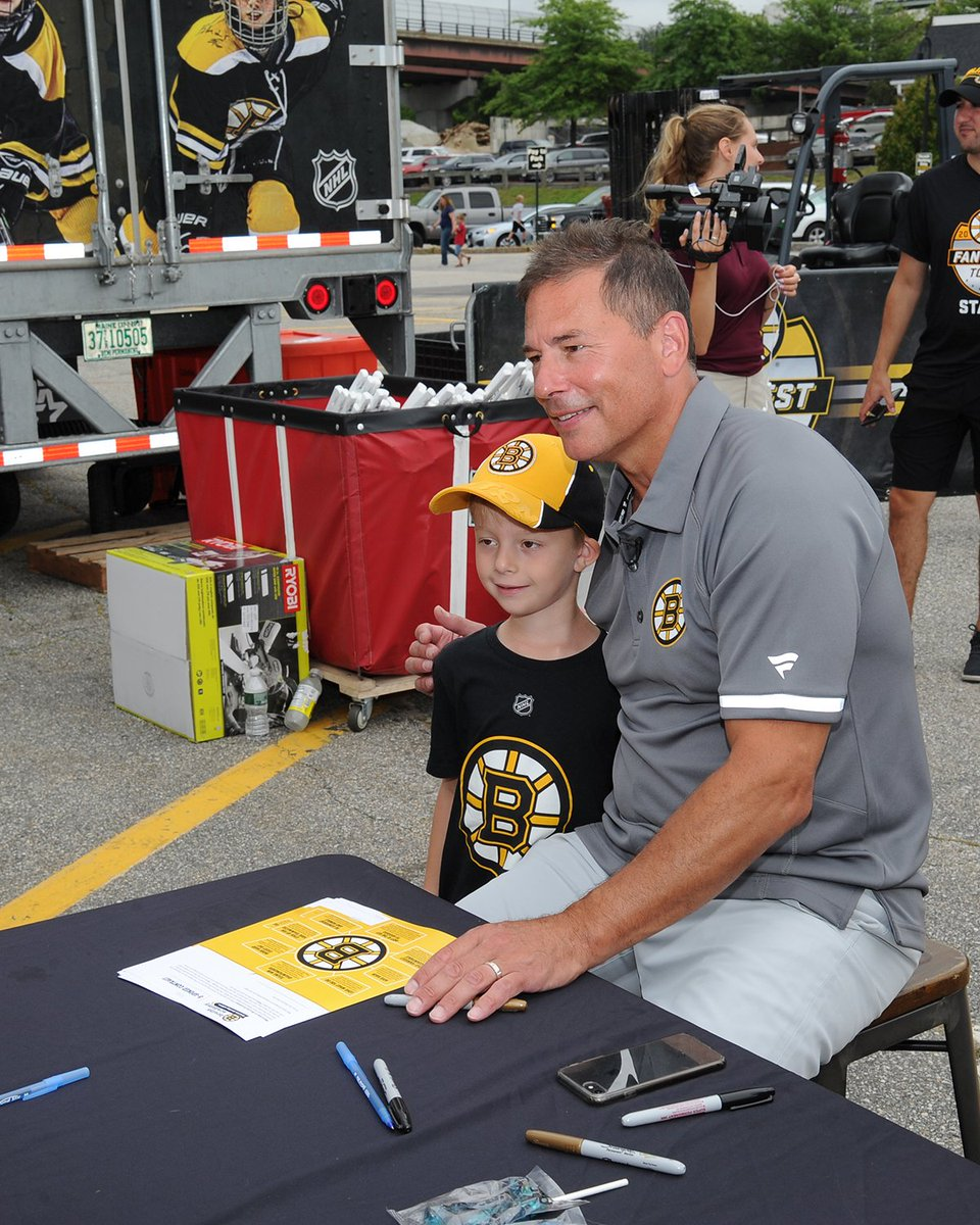 Coach Cassidy joined @tfreddy42 and @ZachSenyshyn for Day 2 of #BruinsTour in Manchester. 📸 Take a look at some photos from New Hampshire: bbru.in/2MnTlQQ