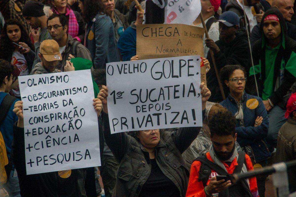 Future-se: primeiro sucateia, depois privatiza!  Foto: Patricia Santos - @cucadaune  Registro do #Tsunami13Agosto https://t.co/ni45I2JllU