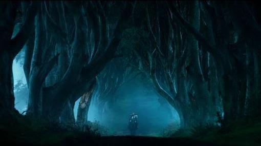 Y ya se ha visto que The Dark Hedges aparece brevemente en el tráiler de tres minutos de la última película de #Transformers Transformers::The Last knight»). Se observa una misteriosa figura sobre un caballo que galopa a través del siniestro camino rodeado de árboles.