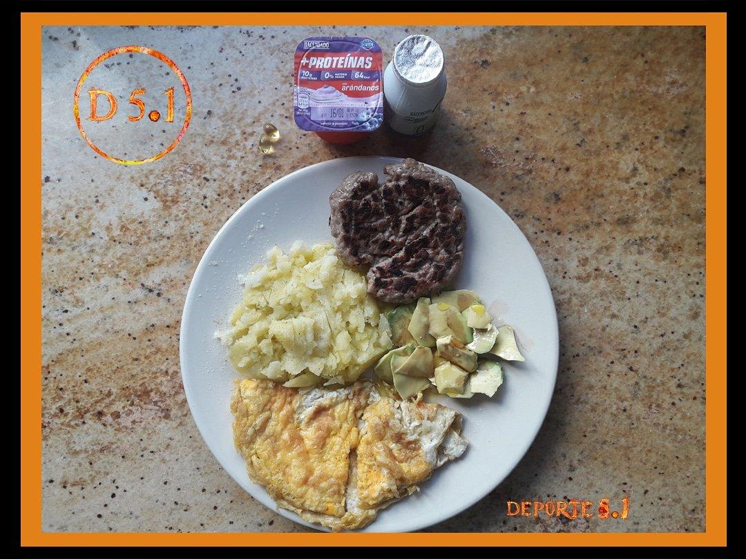 🔥#comidafitness 🥑💯➡️ hamburguesa ternera (proteína)➡️ tortilla 2 huevos (proteína)➡️ patata asada (hidratos)➡️ aguacate y aceite oliva (grasas)➡️ pastillas omega 3➡️ yogur 10 gr proteína 0% mg➡️ bebida yogur reductor colesterol
