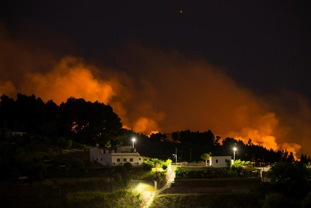 Canary Islands authorities evacuate 4,000 as wildfire spreads reut.rs/2z4J2bK