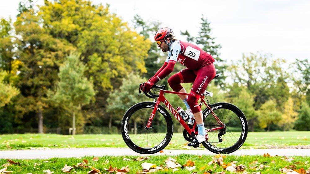 состоящий правильная посадка на шоссейном велосипеде фото стоит живой