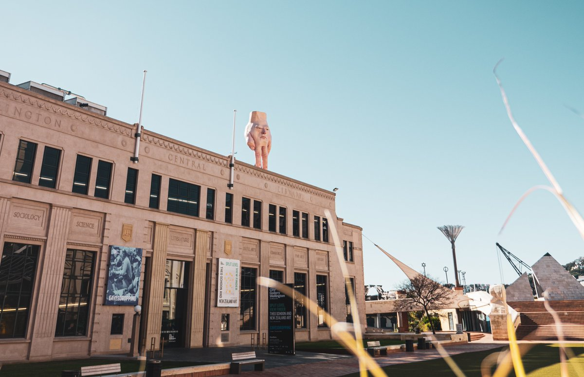 Give a big hand for Wellington's newest resident.  Quasi, designed by artist Ronnie Van Hout, has been standing on Christchurch City Gallery since 2016 but will now call the City Gallery Wellington roof his new home <br>http://pic.twitter.com/beNCqkbBv6