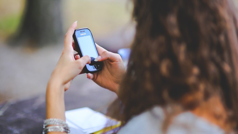 Картинка девушка с телефоном в руке
