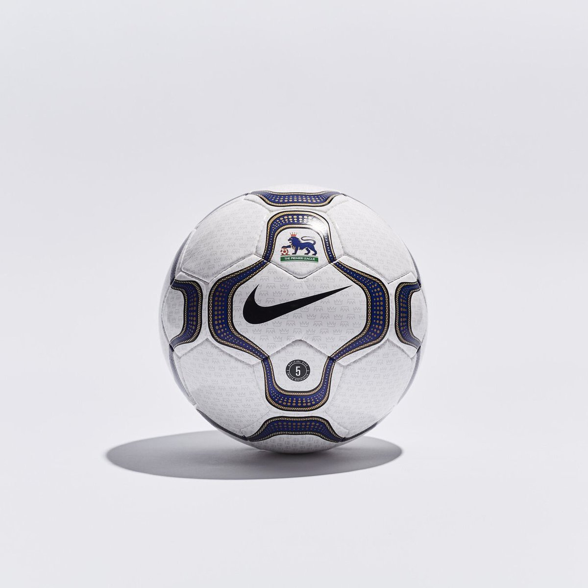 To celebrate their 20 year partnership with the Premier League, Nike have released a special remake of the 2000 ball 😍