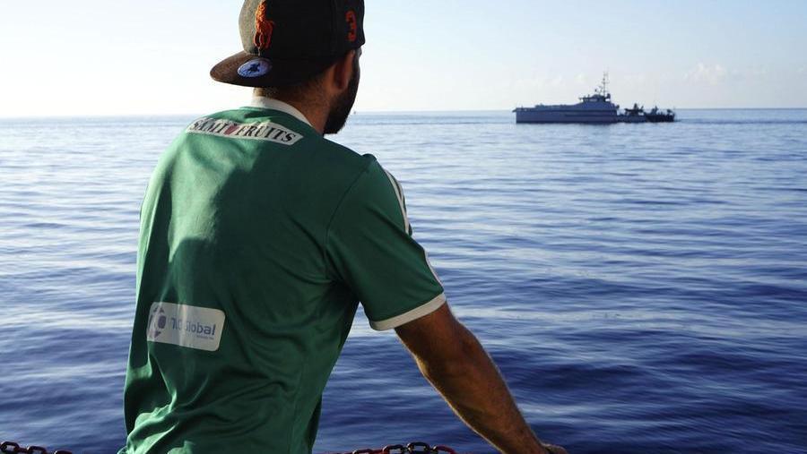 Lampedusa, 16 migranti su barchino di legno soccor...