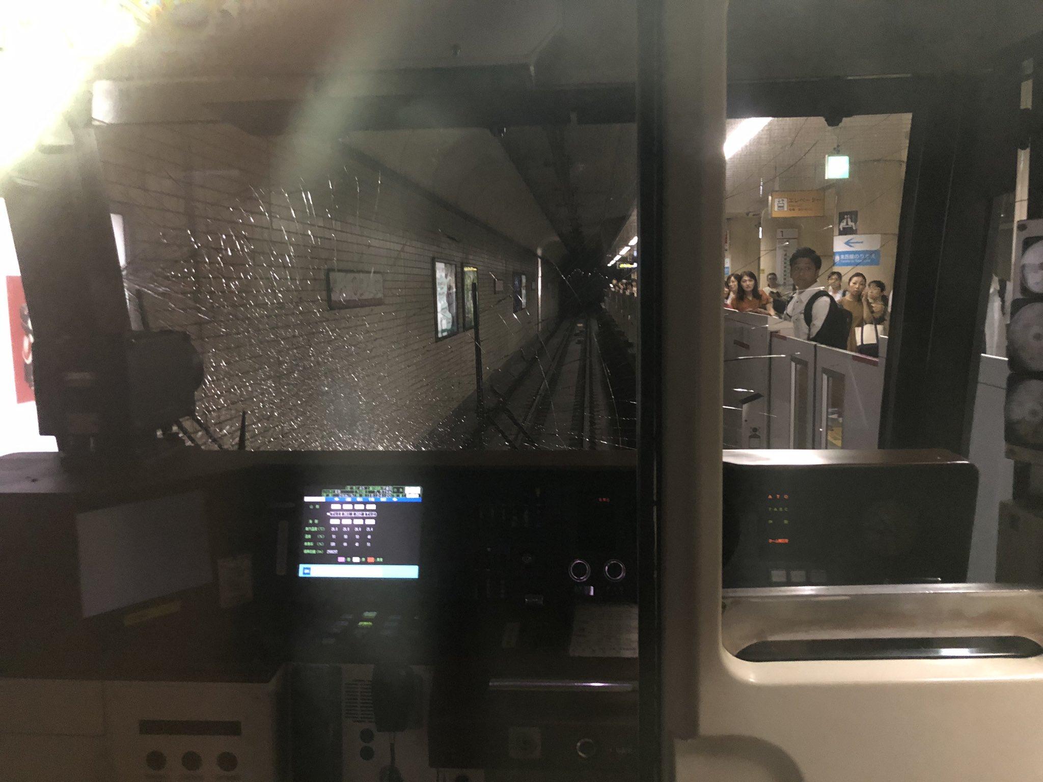 地下鉄南北線の仙台駅で飛び込み自殺の人身事故が起きフロントガラスが割れている現場画像
