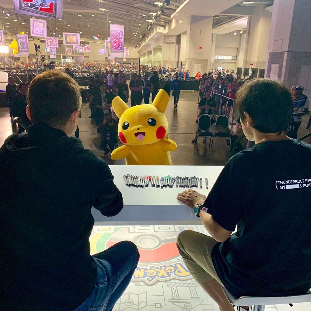 Un fan de Pokémon fue expulsado del Campeonato Mundial de Pokémon por exhibir una pancarta de #BringBackNationalDex antes de la sesión de firmas de Junichi Masuda.