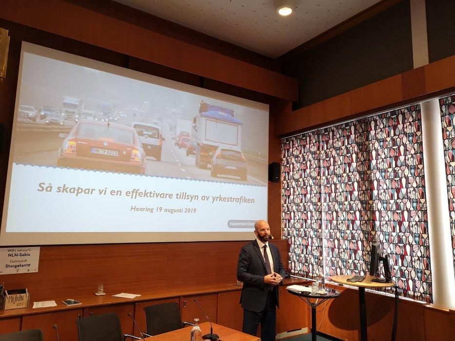 Transportföretagens vd Mattias Dahl öppnar dagens hearing om kontroll och tillsyn av godstransporter på väg.   #svpol