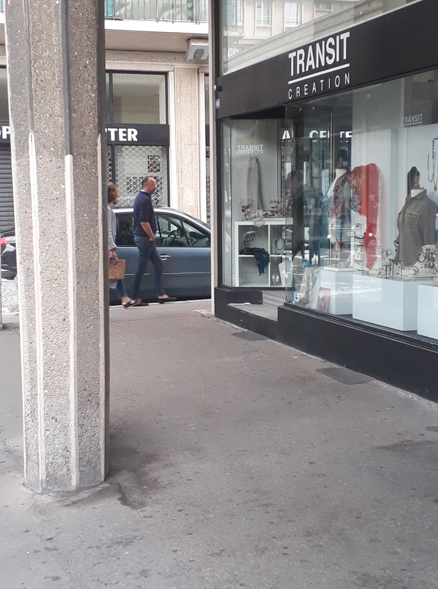 En promenade dans les rues du #Havre, le Premier ministre Edouard Philippe achève ses vacances en famille @76actu<br>http://pic.twitter.com/MQhyHRG6Jy