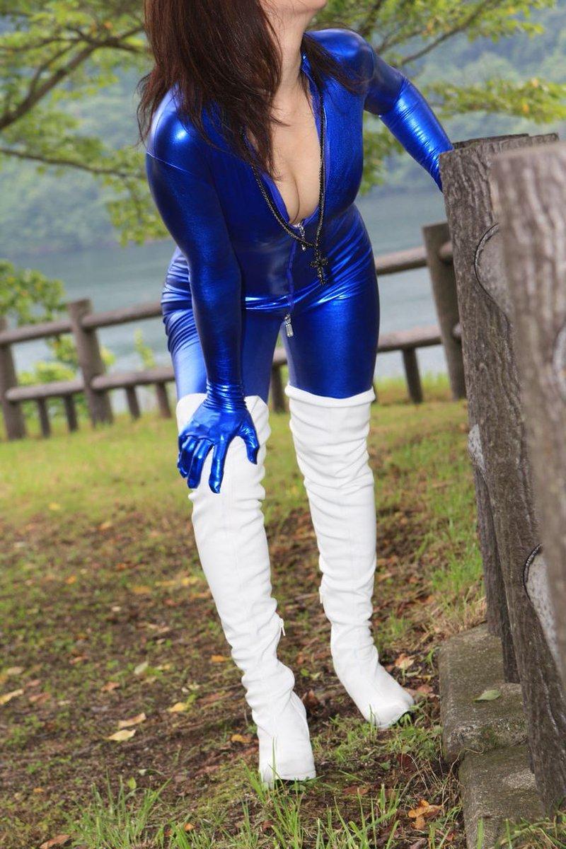 2011年8月掲載分青のキャットスーツに白のニーハイブーツの組み合わせ。これkuikomiでもやりたいですなあつづきは以下より