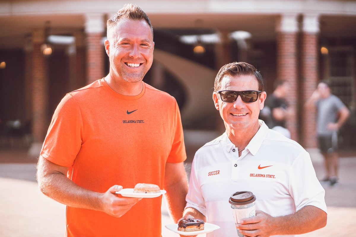 #OKState coaches coming in clutch with free doughnuts on the first day of school.    Welcome to the family, #okstate23! #GoPokes <br>http://pic.twitter.com/qnCvAS4gM5