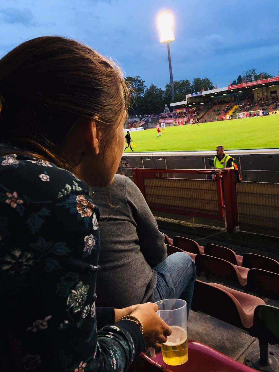 #Groundhopping ist für Fußball-Fans ein tolles #Mikroabenteuer ⚽️ Kleine Stadien, die Geschichte erzählen. Die Atmosphäre haben. In denen man die Stimmung der Leute entspannt beobachten & erleben kann! @GroundhopperApp