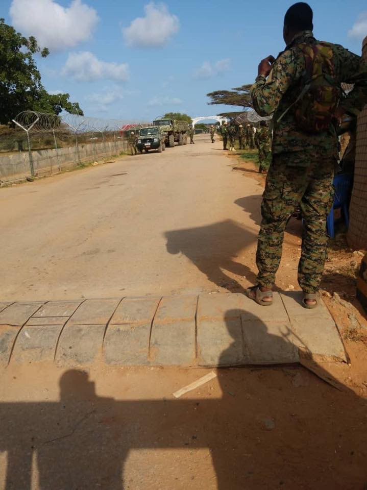 Contingent of #Ethiopian troops serving with #AMISOM have arrived in the Kismayo airport with request from Gov of Somalia. #EDF and SNA are said to be in a standoff with militia loyal to former AlShabab member Ahmed Madobe and members of Kenya's forces. @PMEthiopia @M_Farmaajo<br>http://pic.twitter.com/qhIE7Db2UX