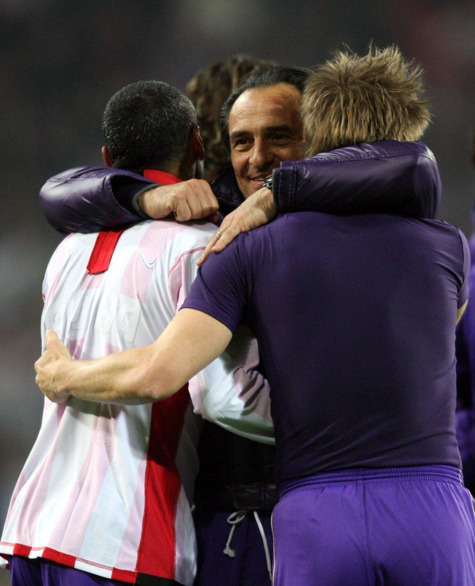 Cesare Prandelli compie oggi 62 anni 🎂 Eccolo mentre festeggia con i suoi giocatori il passaggio del turno della sua Fiorentina in Coppa UEFA😊 Ricordate lanno e lavversario❓ #UEL | @acffiorentina