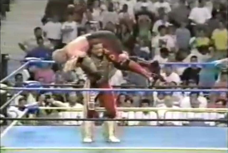 【#プロレス今日は何の日】1993年8.18フロリダ州デイトナビックバン・ベイダーvsデイビー・ボーイ・スミスっ!レイスがスミスに膝裏かっくん日大的悪質タックルでベイダーのボディプレスをアシスト!カクタスがベイダーをこらしめにやってきて締め!今日もプロレス最高っ!