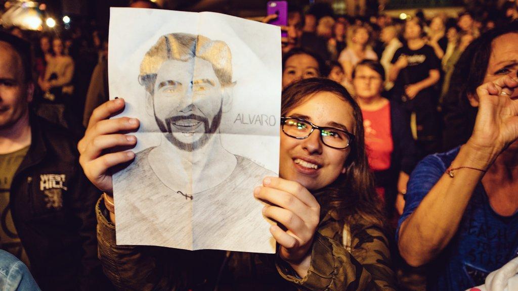 @asolermusic hat tatsächlich meine Zeichnung bekommen  ich bin so happy kann das aber irgendwie nicht glauben haha#alvarosoler #fan #asolermusic #konzert #wismar #bestertag pic.twitter.com/nSknc7vnrR