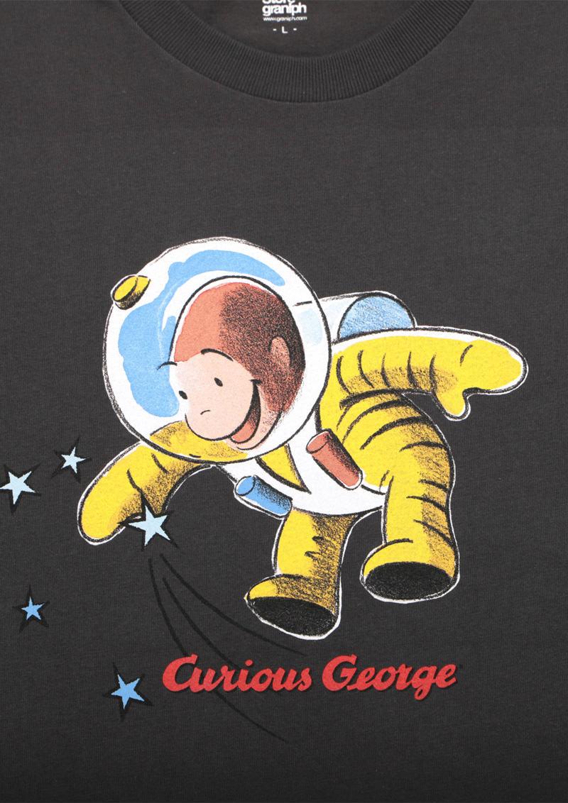 グラニフ 本日発売 おさるのジョージ 宇宙飛行士tシャツ 宇宙服を身にまとい 宇宙遊泳を楽しんでいるジョージ バックプリントには パラシュートで降りてくるジョージの姿も 大人はスミクロ キッズはネイビーです グラニフ T Co Hx6iodt12c