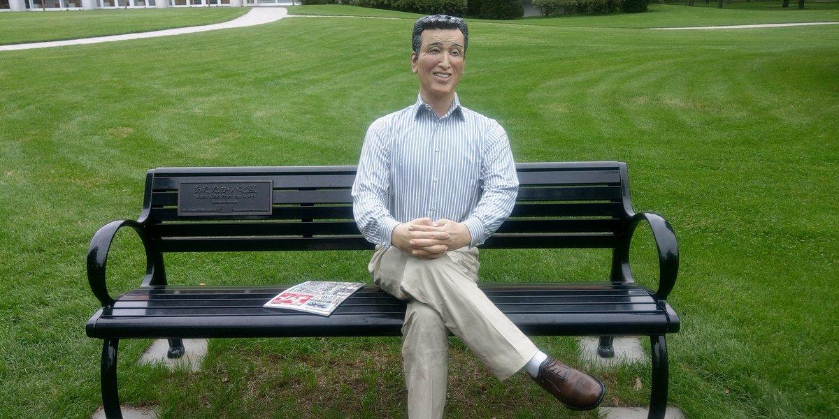 さて、先ほどから吉田勝己さんがお客様を案内していらしたが、どうなったのかしら 吉田勝己さんっぽいおじさんの像が座るこのベンチに一緒に座ってらしたが