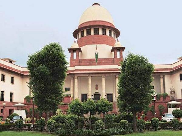 SC issues notices to Centre, Twitter, Google & YouTube on plea filed by Facebook for transfer of petitions pending in High Courts across the country that demand to interlink Aadhaar database with social media profiles for authentication of identity,to SC; Next hearing on Sept 13 <br>http://pic.twitter.com/FG4DUQQnRu