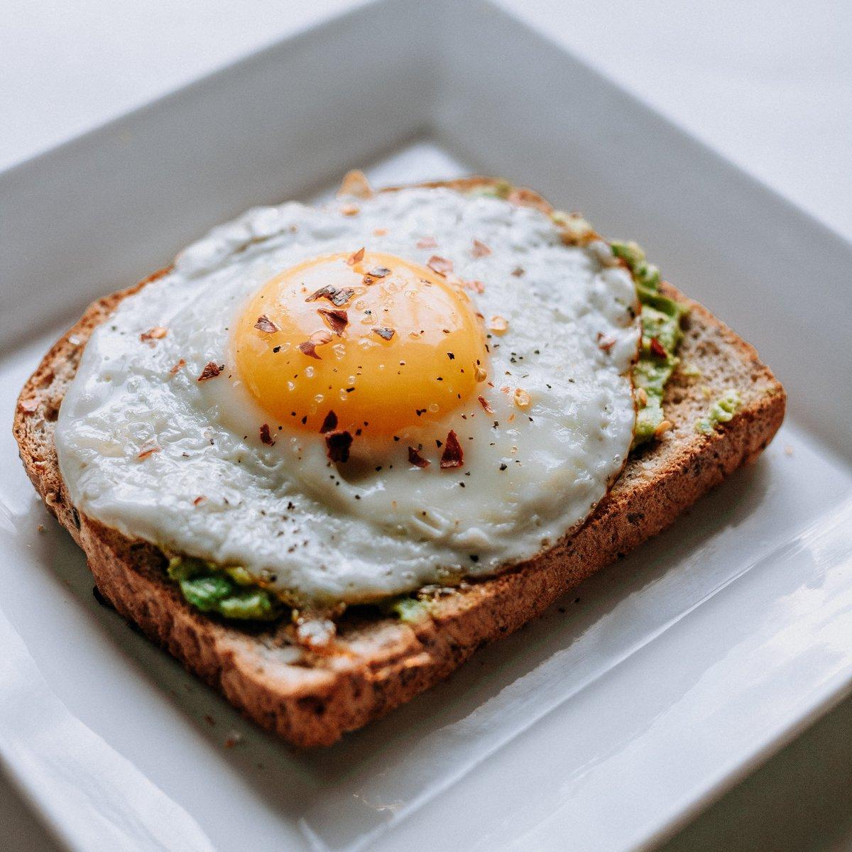 A la plancha y sobre una rebanada de pan... ¡el huevo sabe hacernos felices desde primera hora de la mañana! Una receta simple para un #FelizMartes 💛☀️