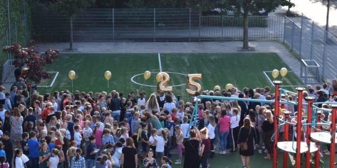 test Twitter Media - @obs_depiramide is gisteren gestart met een bijzonder schooljaar: de school bestaat 25 jaar. Het feestjaar werd op 19 aug afgetrapt met de officiële ingebruikname van het nieuwe sportveld (bovenbouwplein). Daarna werd er in alle groepen geproost! @HVught https://t.co/KZYIJkl2H4 https://t.co/QSLWcsQgZe