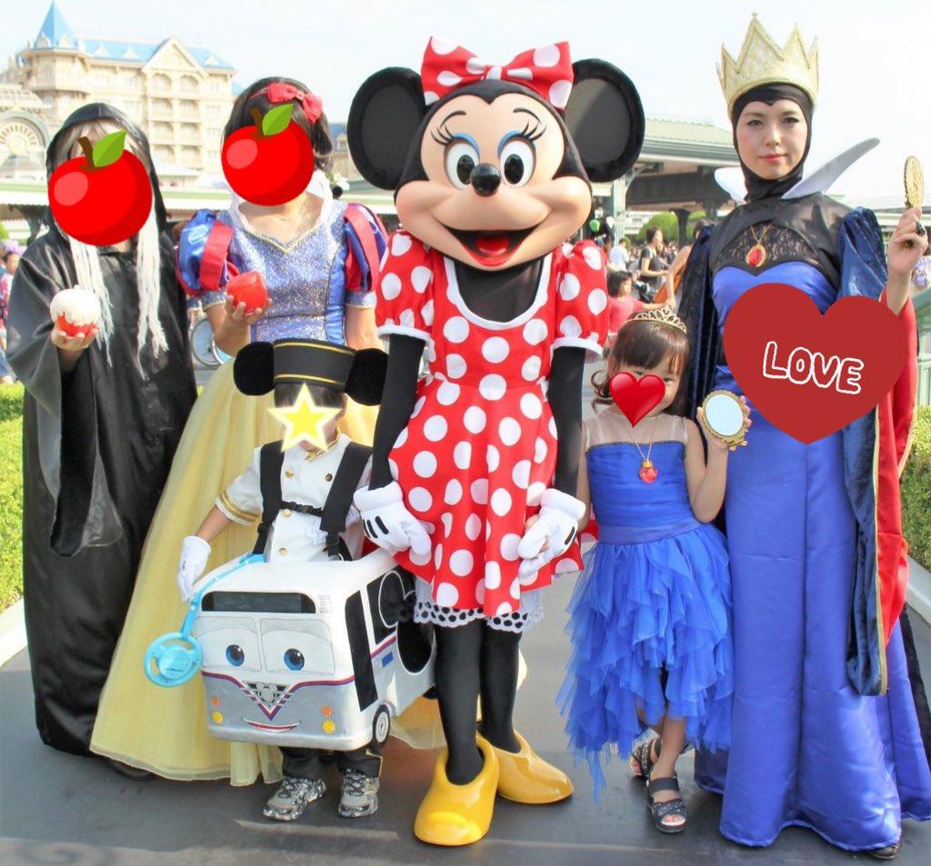 ディセンダント仮装💙  母姉一緒に三世代で白雪姫作品と共に楽しみました!  林檎売りのお婆さん、白雪姫、私がクイーン、娘がイヴィ!  その前までヴィランズが怖かった娘がディセンダントを見て苦手克服したんですよ✨  (息子はね、大好きな仮装さんに会うためミッキーバス)