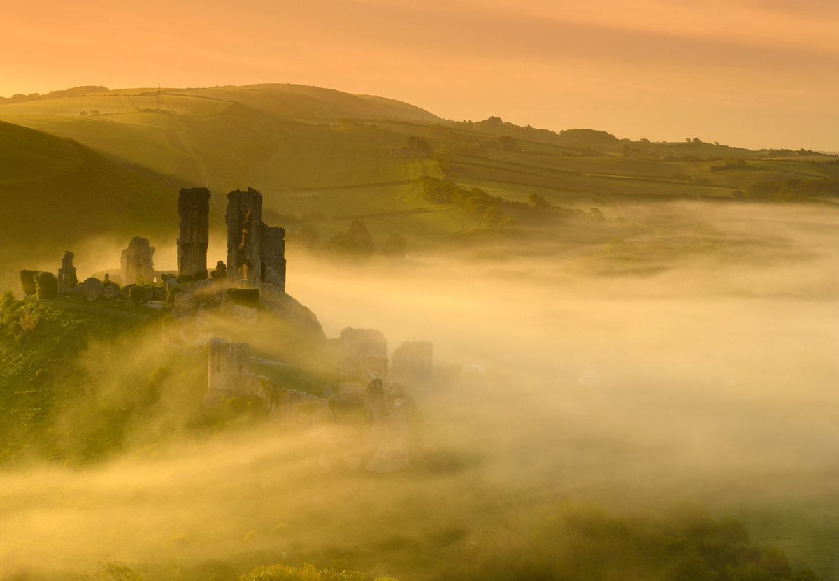 #mist rolling past #corfecastle @visit_dorset @StormHour @BBCEarth @VisitBritain @CorfeCastleInfo<br>http://pic.twitter.com/jimHbDD8sy