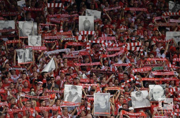 Union Berlin fez uma bela promoção para marcar sua primeira partida na primeira divisão alemã. Cada torcedor que comprasse um ingresso extra receberia um cartaz impresso com o nome e a foto de algum parente que morreu para que eles pudessem estar presentes no jogo histórico. 📸