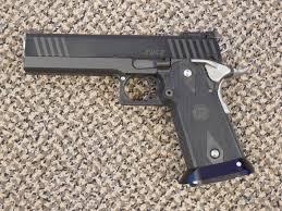 #あなたが銃を製作したら 四角ければ四角いだけいいんですよ丸っこいグリップ、半透明のバナナ弾倉、冷却穴や溝これらがどれだけの絵描きを地獄に叩き落してきたと思っているのですか四角くない銃は全廃すべきです