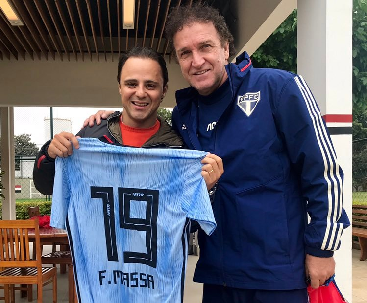 Felipe Massa visitou o CT da Barra Funda hoje, e recebeu de presente uma camisa com o seu nome.